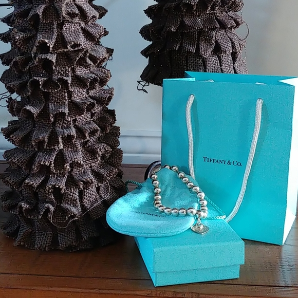 Woman LOVE a Tiffany blue box under the tree!
